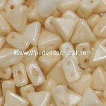 10GR KHEOPS® PAR PUCA 6MM PERLES EN VERRE TRIANGLE COLORIS OPAQUE BEIGE CERAMIC LOOK